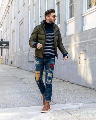 Look de moda: Botas brogue de cuero marrónes, Vaqueros de patchwork azules, Jersey de cuello alto de rayas horizontales en azul marino y blanco, Plumífero verde oscuro