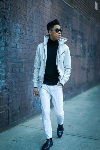 Moda para hombres adolescentes: Elige una sudadera con capucha celeste y unos vaqueros blancos para conseguir una apariencia relajada pero elegante.