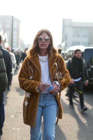 Cómo combinar: bolso bandolera de cuero marrón, vaqueros celestes, jersey de ochos blanco, abrigo de piel marrón