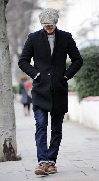 Cómo combinar: botas casual de cuero marrónes, vaqueros azul marino, jersey de ochos blanco, abrigo largo negro