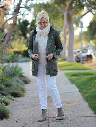 Cómo combinar: botines de ante grises, vaqueros blancos, jersey de ochos blanco, anorak verde oscuro