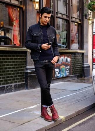 Look de moda: Botas casual de cuero burdeos, Vaqueros negros, Jersey de ochos azul marino, Chaqueta vaquera azul marino