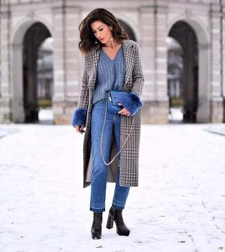 Combinar unos botines de cuero negros: Considera emparejar un abrigo de pata de gallo gris con unos vaqueros azules para una vestimenta cómoda que queda muy bien junta. Botines de cuero negros son una opción atractiva para completar este atuendo.