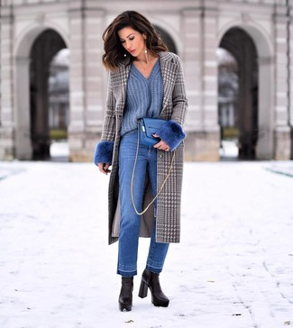 Cómo combinar: botines de cuero negros, vaqueros azules, jersey de pico azul, abrigo de pata de gallo gris