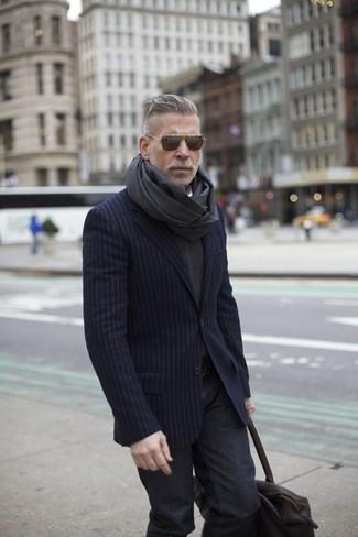 Cómo combinar: bufanda en gris oscuro, vaqueros en gris oscuro, jersey de pico en gris oscuro, blazer de rayas verticales azul marino