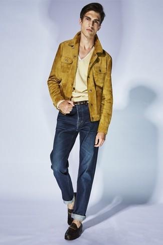 Combinar un jersey de pico amarillo: Ponte un jersey de pico amarillo y unos vaqueros azul marino para una apariencia fácil de vestir para todos los días. Con el calzado, sé más clásico y complementa tu atuendo con mocasín de cuero negro.