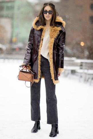 Cómo combinar: botines de cuero negros, vaqueros en gris oscuro, jersey oversized de punto en beige, abrigo de piel de oveja burdeos