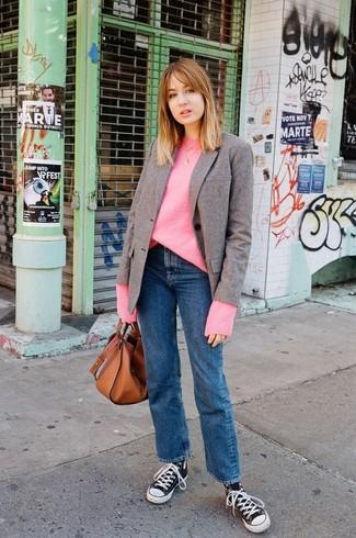 Cómo combinar: zapatillas altas de lona en negro y blanco, vaqueros azules, jersey oversized rosa, blazer de lana marrón