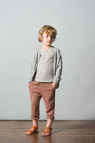 Cómo combinar: sandalias en tabaco, vaqueros marrónes, camiseta de rayas horizontales gris, cárdigan gris
