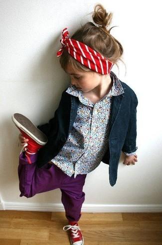 Cómo combinar: zapatillas rojas, vaqueros morado, camisa de vestir celeste, blazer azul marino