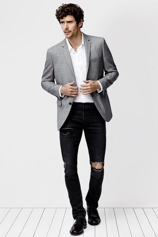 Combinar unos vaqueros desgastados negros: Empareja un blazer gris junto a unos vaqueros desgastados negros para lidiar sin esfuerzo con lo que sea que te traiga el día. Con el calzado, sé más clásico y usa un par de zapatos brogue de cuero negros.
