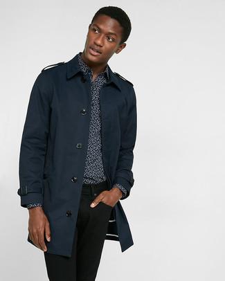 Cómo combinar: vaqueros negros, camisa de manga larga con print de flores negra, gabardina azul marino
