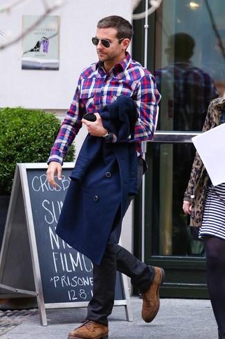 Cómo combinar: zapatos derby de ante marrónes, vaqueros negros, camisa de manga larga de tartán en blanco y rojo y azul marino, chaquetón azul marino