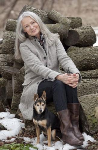 Moda para mujeres de 60 años: Ponte un abrigo gris y unos vaqueros negros para conseguir una apariencia glamurosa y elegante. Botas a media pierna de cuero en marrón oscuro son una opción estupenda para complementar tu atuendo.