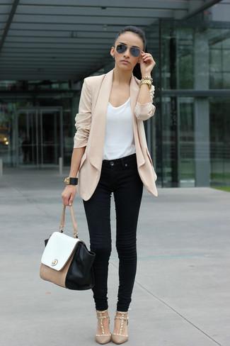 Cómo combinar: zapatos de tacón en beige, vaqueros negros, camiseta con cuello circular blanca, blazer de seda en beige