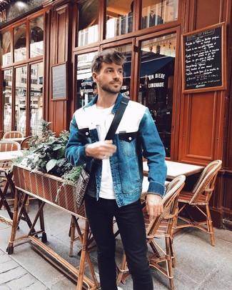 Cómo combinar: bolso mensajero de lona estampado en marrón oscuro, vaqueros negros, camiseta con cuello circular blanca, chaqueta vaquera azul
