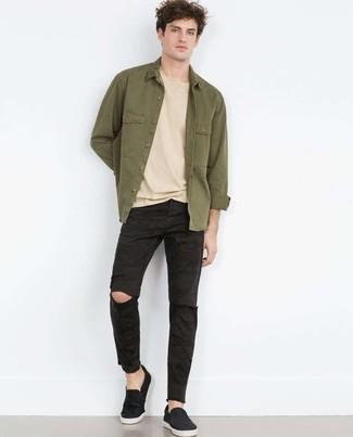 Cómo combinar: zapatillas slip-on negras, vaqueros desgastados negros, camiseta con cuello circular en beige, chaqueta estilo camisa verde oliva