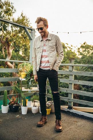 Cómo combinar: botas casual de cuero marrónes, vaqueros desgastados negros, camiseta con cuello circular de rayas horizontales en blanco y rojo, chaqueta vaquera en beige