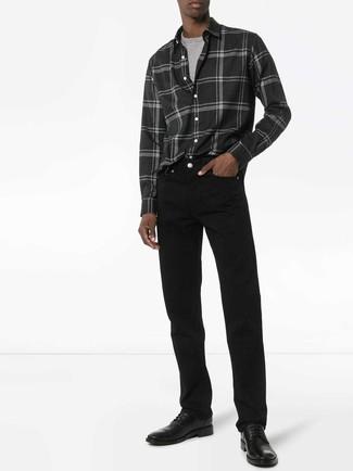 Cómo combinar: zapatos derby de cuero negros, vaqueros negros, camiseta con cuello circular gris, camisa de manga larga de franela de tartán en gris oscuro