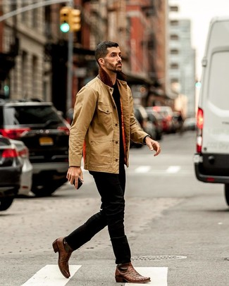 Cómo combinar: botines chelsea de cuero marrónes, vaqueros negros, camiseta con cuello circular negra, chaqueta con cuello y botones marrón claro