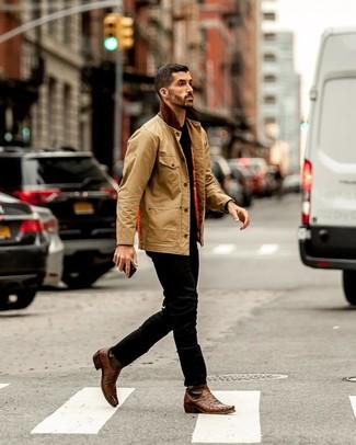 Cómo combinar: botas camperas de cuero marrónes, vaqueros negros, camiseta con cuello circular negra, chaqueta con cuello y botones marrón claro