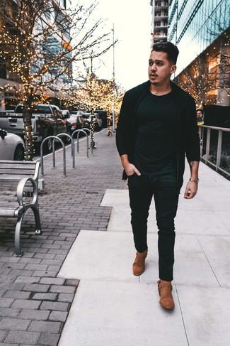 Cómo combinar: botas camperas de ante marrónes, vaqueros negros, camiseta con cuello circular negra, jersey con cremallera negro