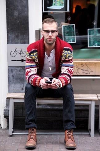 Cómo combinar: botas casual de cuero marrónes, vaqueros negros, camiseta henley de manga larga blanca, cárdigan con cuello chal de grecas alpinos rojo