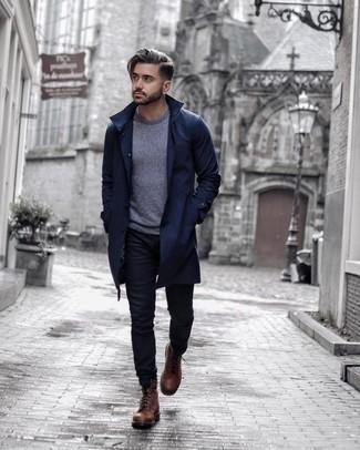 Combinar unas botas casual de cuero marrónes: Una gabardina azul marino y unos vaqueros negros son un look perfecto para ir a la moda y a la vez clásica. Botas casual de cuero marrónes son una opción grandiosa para complementar tu atuendo.
