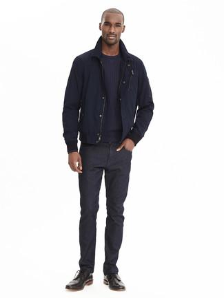 Cómo combinar: botas brogue de cuero negras, vaqueros negros, jersey con cuello circular azul marino, cazadora de aviador azul marino