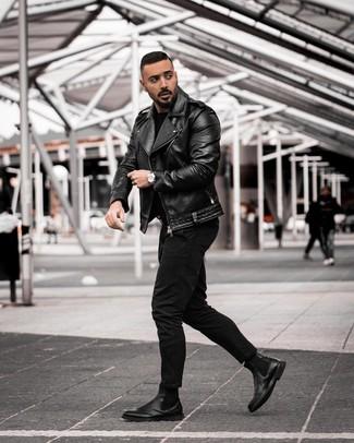 Cómo combinar: botines chelsea de cuero negros, vaqueros negros, jersey con cuello circular negro, chaqueta motera de cuero negra