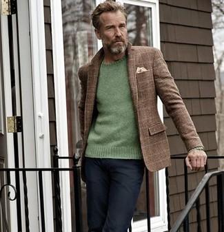 Cómo combinar: pañuelo de bolsillo en beige, vaqueros negros, jersey con cuello circular verde, blazer de lana de tartán marrón
