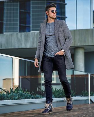 Cómo combinar: botas casual de cuero azul marino, vaqueros negros, jersey con cuello henley gris, abrigo largo de espiguilla gris