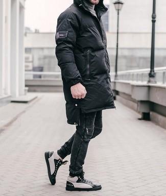 Combinar unas zapatillas altas de cuero en negro y blanco: Intenta combinar un abrigo de plumón negro junto a unos vaqueros negros para un almuerzo en domingo con amigos. Mezcle diferentes estilos con zapatillas altas de cuero en negro y blanco.