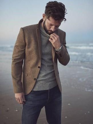 Cómo combinar: reloj plateado, vaqueros negros, jersey de cuello alto gris, blazer de lana marrón