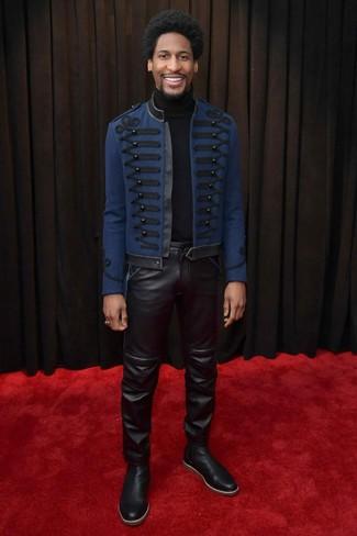 Cómo combinar: botines chelsea de cuero negros, vaqueros de cuero negros, jersey de cuello alto negro, chaquetón bordado azul marino