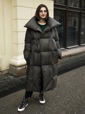 Cómo combinar: zapatillas altas a lunares negras, vaqueros negros, jersey de ochos verde oscuro, abrigo de plumón en gris oscuro