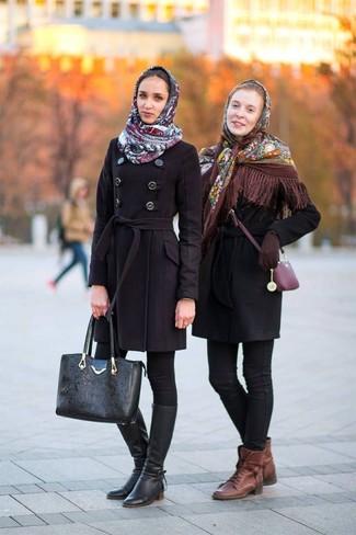 Cómo combinar: botas planas con cordones de cuero marrónes, vaqueros pitillo negros, abrigo negro, chal con print de flores marrón