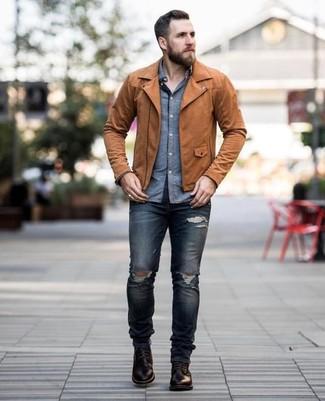 Cómo combinar: botas casual de cuero en marrón oscuro, vaqueros pitillo desgastados azul marino, camisa de manga larga de cambray azul, chaqueta motera de cuero marrón