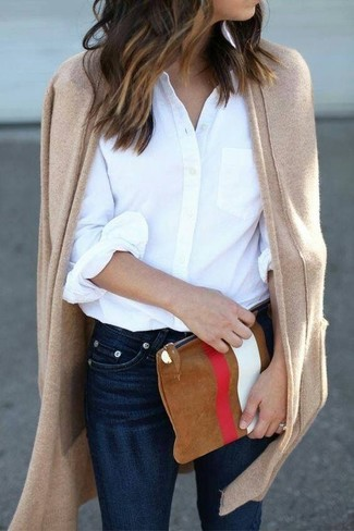 Cómo combinar: cartera sobre de ante estampada en tabaco, vaqueros pitillo azul marino, camisa de vestir blanca, cárdigan abierto marrón claro