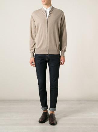 Cómo combinar: zapatos oxford de cuero en marrón oscuro, vaqueros pitillo azul marino, camisa de vestir blanca, jersey con cremallera en beige