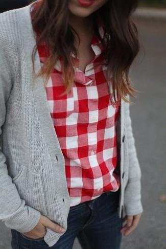 Cómo combinar: vaqueros pitillo azul marino, camisa de vestir de cuadro vichy en rojo y blanco, cárdigan de punto gris