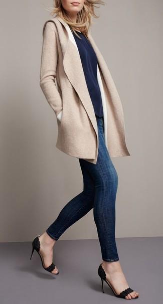 Cómo combinar: sandalias de tacón de ante negras, vaqueros pitillo azul marino, camiseta con cuello circular azul marino, abrigo marrón claro