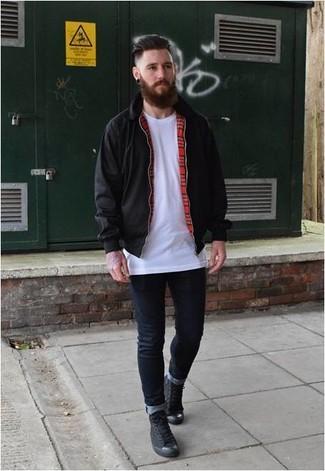 Cómo combinar: zapatillas altas de lona negras, vaqueros pitillo azul marino, camiseta con cuello circular blanca, cazadora harrington negra