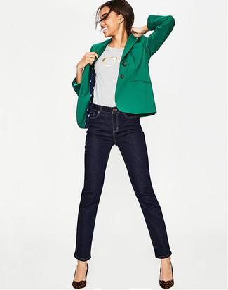 Cómo combinar: zapatos de tacón de ante de leopardo en marrón oscuro, vaqueros pitillo azul marino, camiseta con cuello circular estampada gris, blazer verde