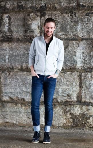 Combinar una cazadora harrington blanca: Empareja una cazadora harrington blanca con unos vaqueros pitillo azul marino para una apariencia fácil de vestir para todos los días. Con el calzado, sé más clásico y usa un par de botas safari de cuero negras.