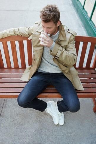 Cómo combinar: zapatillas altas blancas, vaqueros pitillo azul marino, camiseta de manga larga gris, gabardina en beige