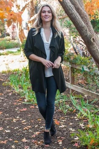 Cómo combinar: botines chelsea de ante negros, vaqueros pitillo azul marino, camiseta henley blanca, abrigo duster negro