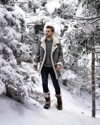 Cómo combinar: botas para la nieve verde oliva, vaqueros pitillo azul marino, jersey con cuello circular gris, abrigo de piel de oveja gris