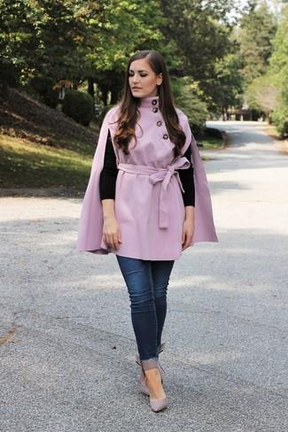 Cómo combinar: zapatos de tacón de cuero grises, vaqueros pitillo azul marino, jersey con cuello circular negro, capa violeta claro