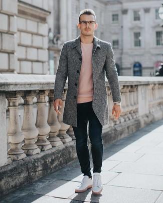 Cómo combinar: tenis blancos, vaqueros pitillo azul marino, jersey con cuello circular rosado, abrigo largo gris